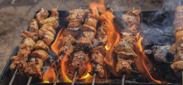 Barbecue : comment bien choisir son combustible ?