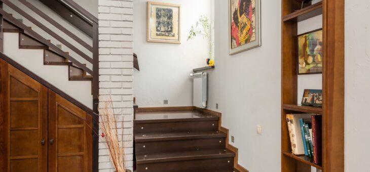 Construire une bibliothèque sous un escalier